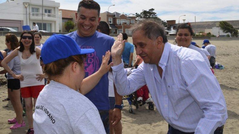 El intendente al participar ayer de las actividades junto a los niños y adolescentes que asisten a las colonias para personas con discapacidad.