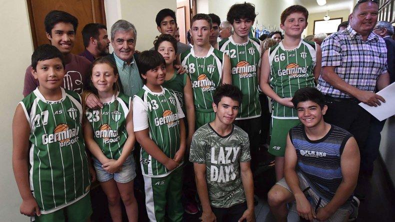 Chicos basquetbolistas de Germinal de Rawson posan con el gobernador Mario Das Neves.