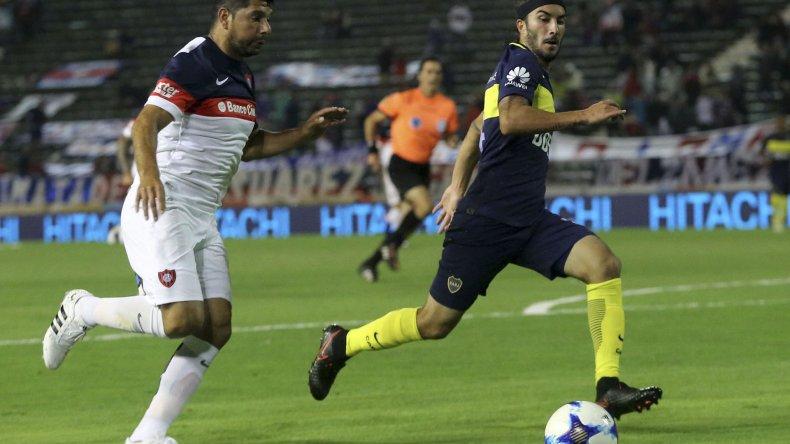 Néstor Ortigoza se escapa con el balón marcado por el colombiano Sebastián Pérez.