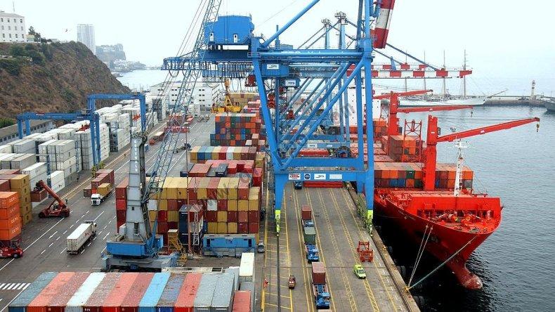 El Gobierno advierte que abrirá más las importaciones si suben los precios