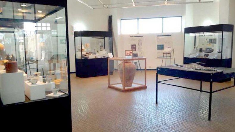 Están en exhibición en cajas de cristal numerosos objetos como botellas