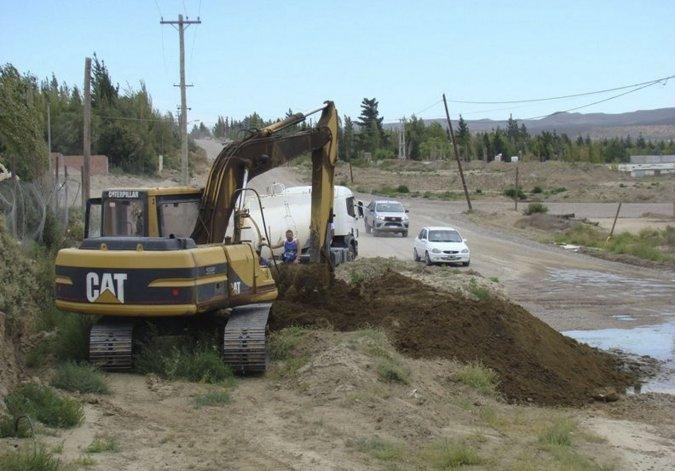 La pérdida de agua que se produjo en la calle de acceso principal a la zona de chacras fue reparada de manera inmediata por la empresa Servicios Públicos.
