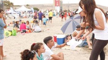 Se entregan bolsas a los veraneantes para evitar que arrojen residuos en la playa.