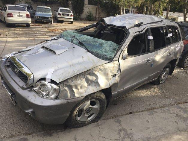 El vehículo en el que viajaba una familia trasandina quedó destrozado al volcar en la Ruta 40.