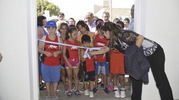 Las autoridades municipales junto a vecinos inauguraron el gimnasio del barrio Juan XXIII.