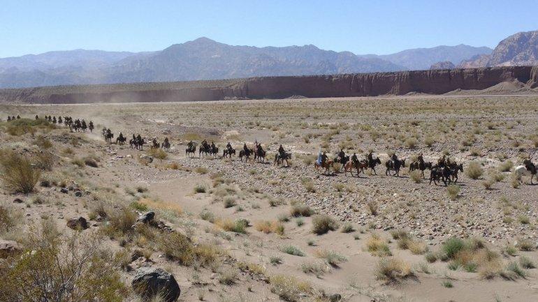 Bajo un sol impiadoso la columna de militares argentinos y chilenos avanza hacia Chile.