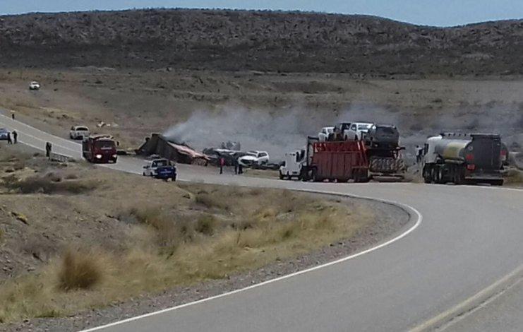 La cabina de camión quedó destrozada y además fue destruida por el fuego