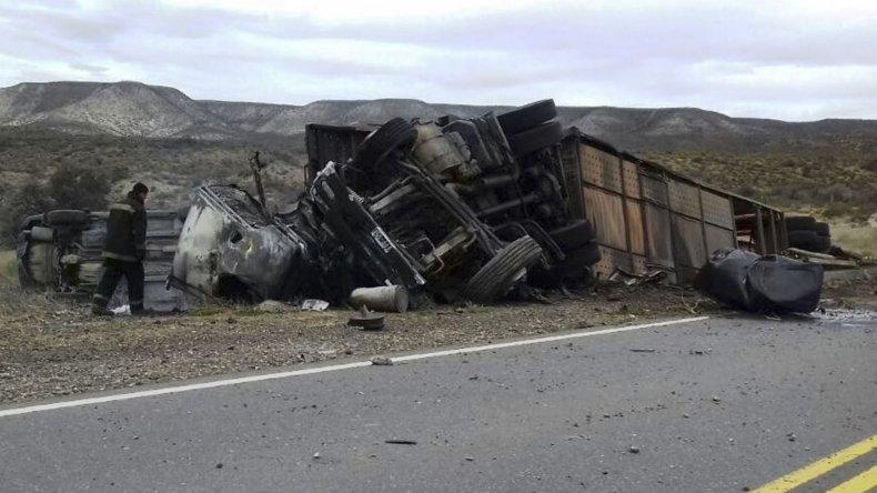 El accidente se produjo en una cerrada curva del Cañadón Minerales y se montó un gran operativo vial debido al incendio del camión y parte de los vehículos que transportaba.