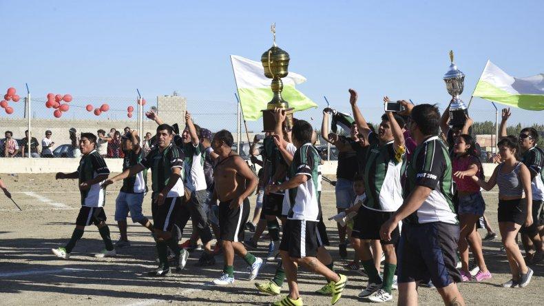 La esperada vuelta olímpica con el trofeo de campeón y la Copa Chalenguer.
