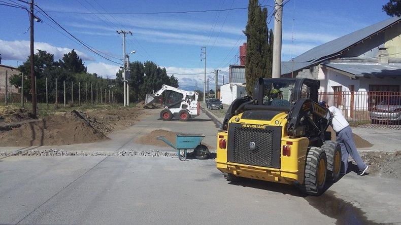 En Esquel ya puede observarse a un grupo de operarios que lleva adelante el drenaje en cercanías del sector que comprende al Colegio 713.