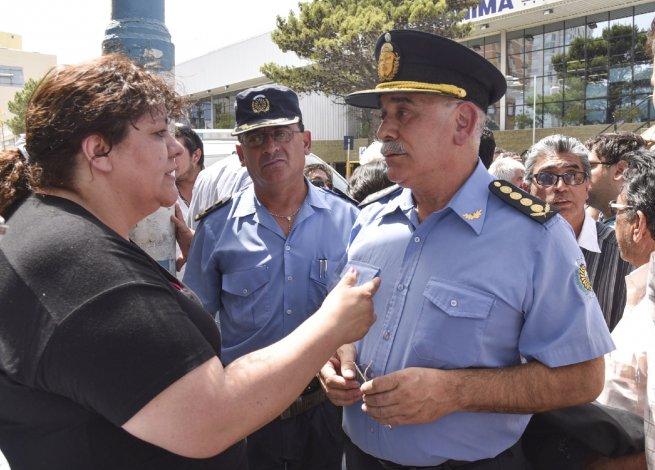 El jefe de Policía vino desde Rawson para asumir compromisos. Le reprocharon en la cara la falta de seguridad.