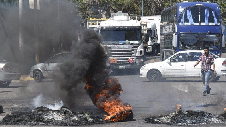 Recién después de 9 horas de corte se liberó el tránsito en los accesos a Comodoro.