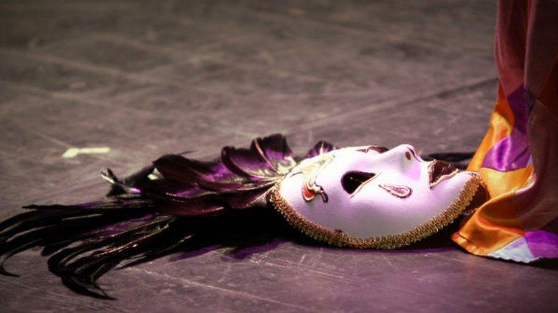 El baile de las máscaras que se van cayendo
