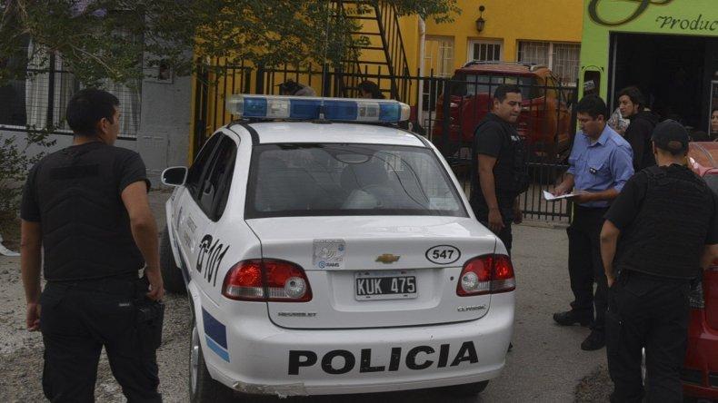 Numerosos policías llegaron al sitio del asalto en contados minutos y otros rastrillaron las calles en búsqueda de los delincuentes.