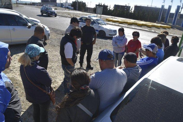 Una exigua cantidad de municipales respondió a la convocatoria del gremio en la rotonda de acceso a Caleta Olivia.