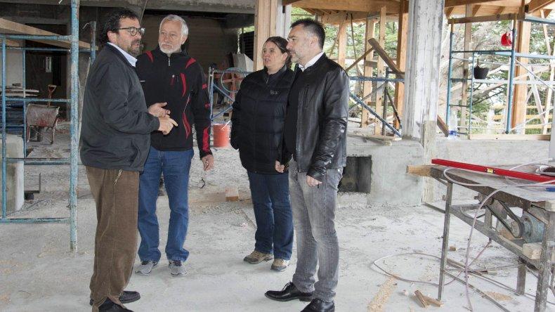 El ministro de la Producción Leonardo Alvarez –derecha– y sus colaboradores fueron recibidos por los responsables de la concesión del complejo turístico que está siendo reconstruido.