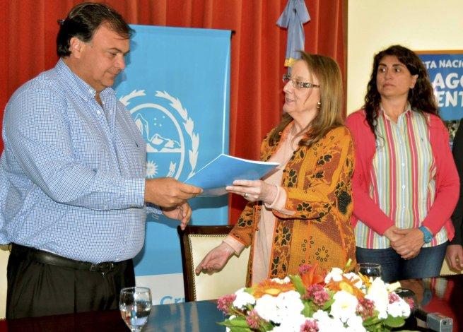 La gobernadora Alicia Kirchner le entregó al intendente Javier Belloni la documentación del CFI referida a la transferencia de un aporte de 3 millones de pesos para financiar la Fiesta del Lago.
