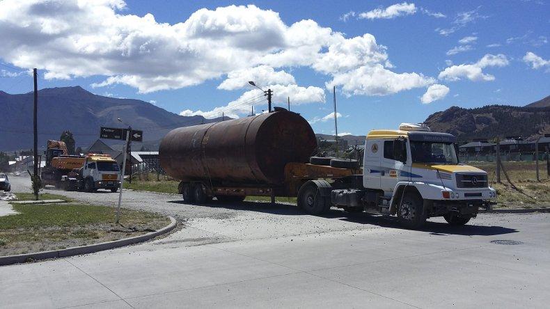 El camión cisterna con capacidad para 40.000 litros fue trasladado desde la ciudad de Esquel.