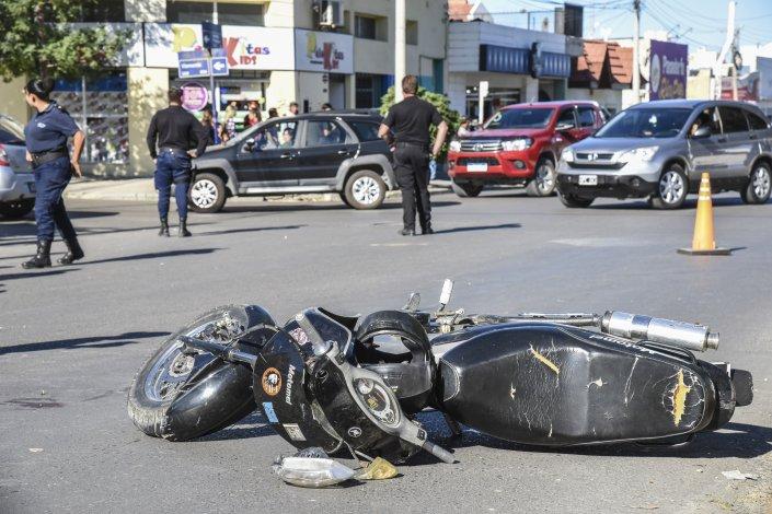 La motocicleta de Franco Toledo quedó a un costado de la calzada de la avenida Rivadavia luego de atropellar a Francisco Lepio.