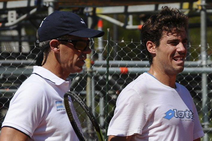 Daniel Orsanic junto a Guido Pella. El capitán definirá hoy la participación de Schwartzman en la Copa Davis.