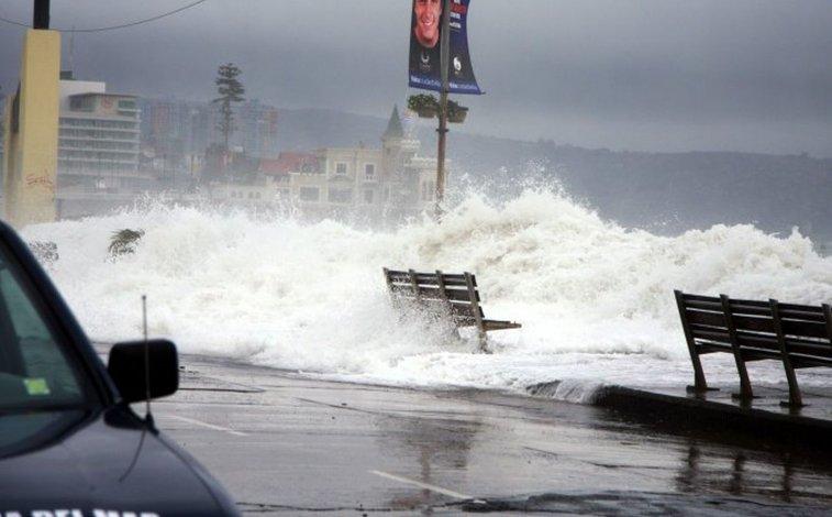 Prohíben bañarse en todas las playas de Chile por las fuertes olas