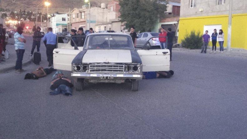 La policía de la Seccional Séptima persiguió y detuvo a la banda que robó en una vivienda del barrio ex Radio Estación de YPF y recuperó los elementos robados.