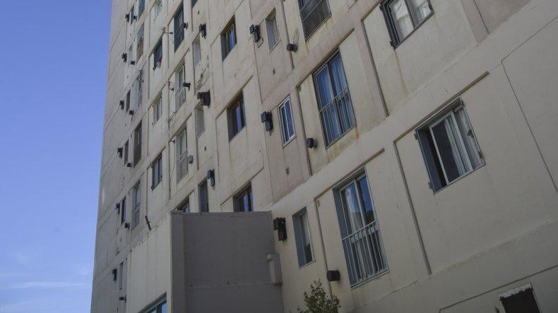 Gasistas matriculados ayer se acercaron al complejo Las Torres y observaron dónde estaba la fuga