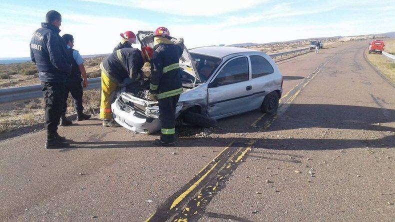 El Chevrolet Corsa City quedó destrozado en su parte delantera luego de despistarse y chocar contra el guarda rail en la Curva de la Virgen que se encuentra a 20 kilómetros de Sarmiento.