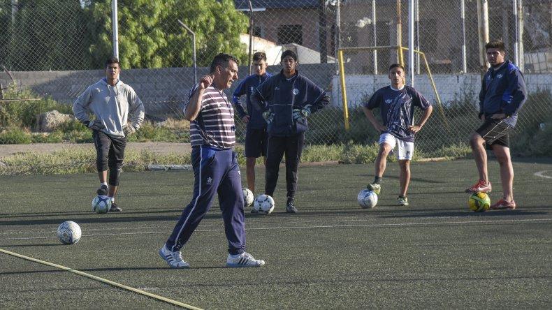 Luis Murúa se hizo cargo de las prácticas de Jorge Newbery ayer por la tarde.