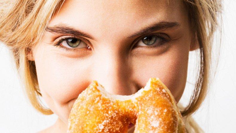 La comida rica en grasa puede dañar el hígado