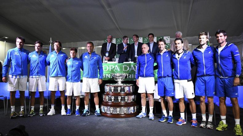 Los equipos posan tras el sorteo de ayer. Argentina e Italia se enfrentan por cuarta vez en la Copa Davis.