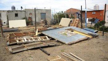 Personal municipal desalojó ayer ocupaciones ilegales en un peligroso sector de Kilómetro 8.