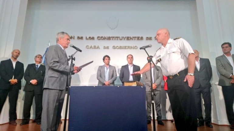 El gobernador le tomó juramento - en la la sala de Constituyentes - a Luis Avilés y a Nery Peréz.