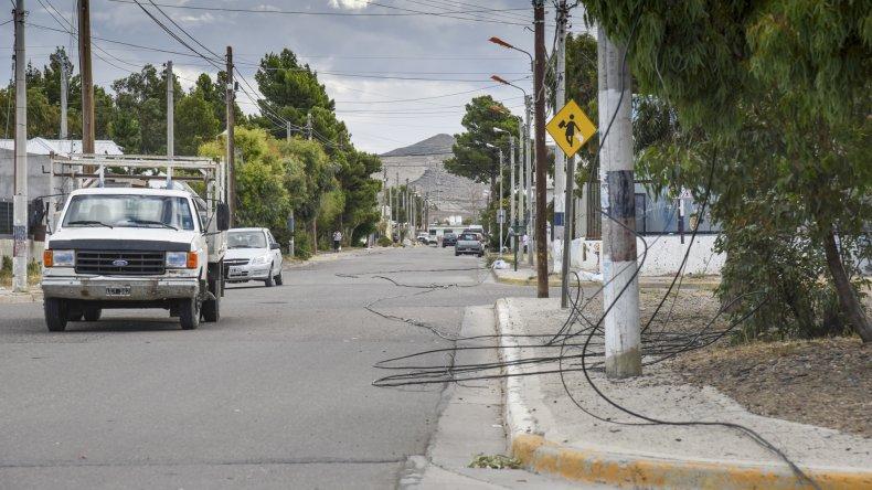 Un camión que transportaba una retroexcavadora tiró casi dos cuadras de cables en el barrio Ciudadela y dejo sin señal de video a varios vecinos.