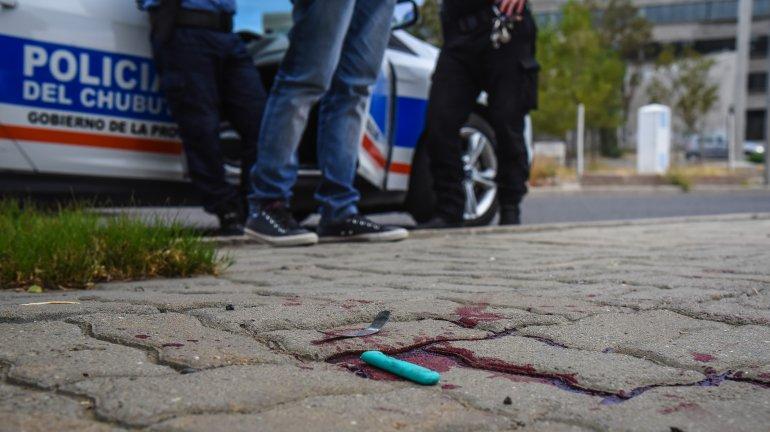 Una pareja discutió en la calle y ella utilizó un cuchillo para agredirlo a él.