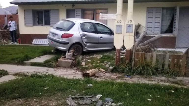 Dos adolescentes se robaron un auto y terminaron chocando contra una casa