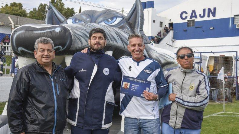 El vicegobernador Mariano Arcioni recibió una camiseta de Newbery y su carnet de socio