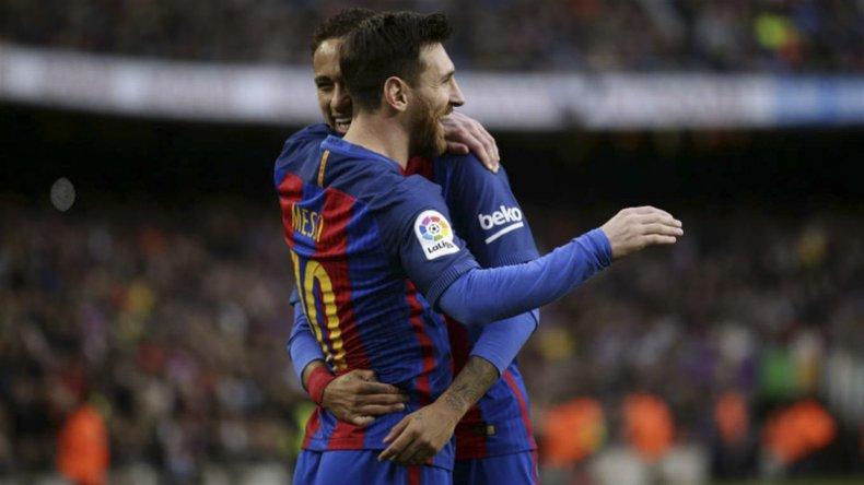 Lionel Messi festeja con Neymar su gol de tiro libre