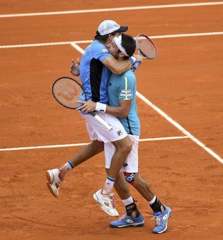 Leonardo Mayer y Carlos Berlocq festejan el punto argentino en dobles.