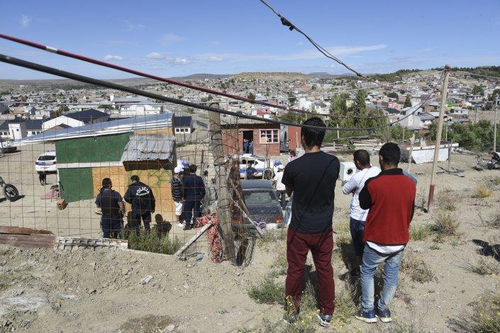 Policía trabaja en las pesquisas del lugar. A medida que pasaban los minutos algunos vecinos se animaban a hablar muy lentamente. Otros estaban aún alcoholizados.