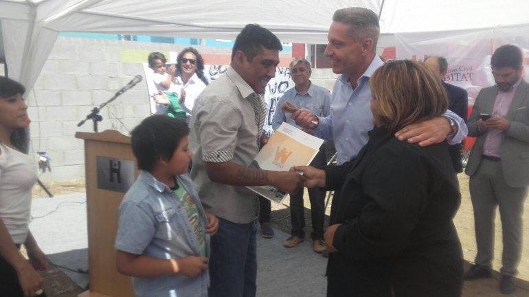 El vicegobernador Arcioni encabezó un acto de entrega de viviendas en Comodoro.