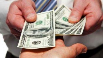 el dolar baja 25 centavos a $ 17,65