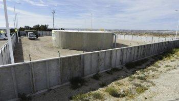El gobernador Mario Das Neves, junto al intendente Ricardo Sastre y al secretario de Viviendas de Nación, Domingo Amaya, inauguraron la nueva cisterna de agua de Puerto Madryn.