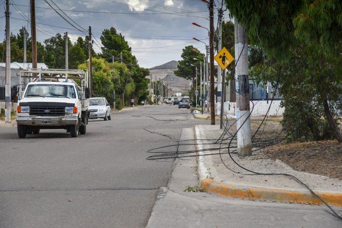 Los cables del servicio de televisión cayeron producto de la maniobra del camionero y los vecinos se quedaron sin poder mirar tv