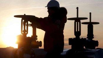 la baja en el precio del crudo amenaza el acuerdo entre petroleras y nacion