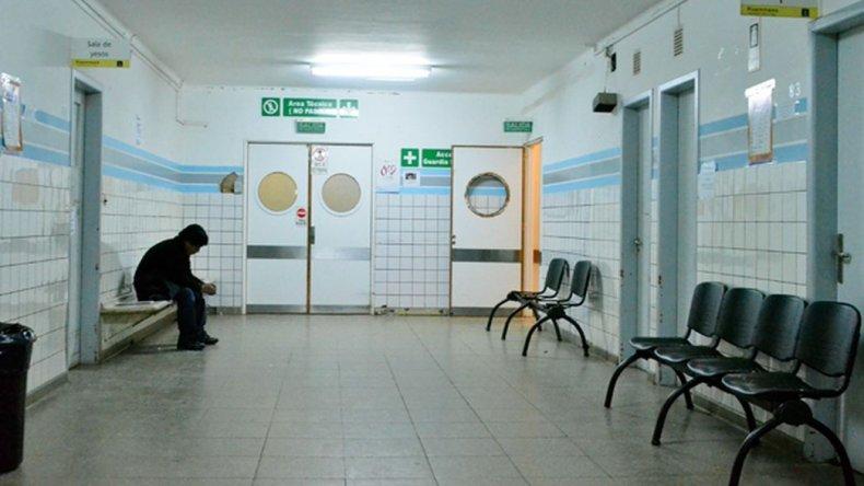 Los cirujanos del hospital realizan guardia pasiva: no tenemos ni baño ni cama