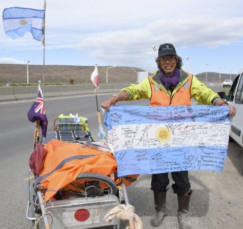 Sokichi Takashita lleva más de 29 mil kilómetros caminados alrededor del mundo. Comenzó su viaje a los 60 años