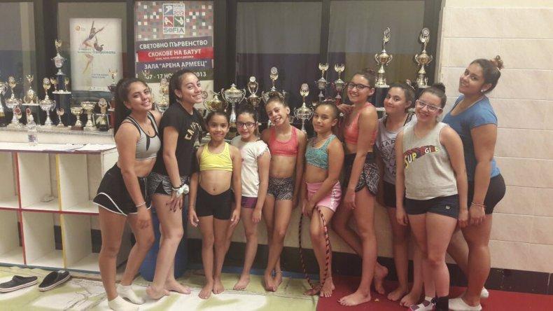 Desde ayer las gimnastas de la Escuela Municipal de Km 5 son parte de un campus de tumbling en Buenos Aires.