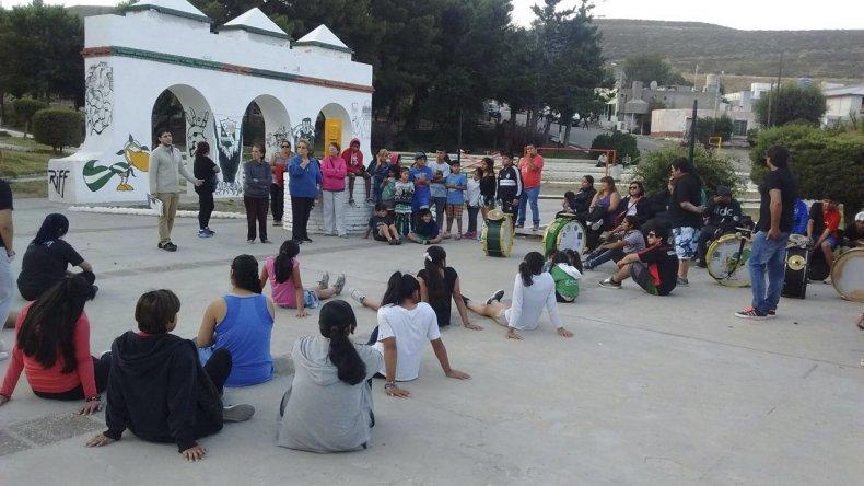 Grandes y chicos escucharon ayer en la plaza Catamarca de barrio Laprida al abogado Mauro Crespillo