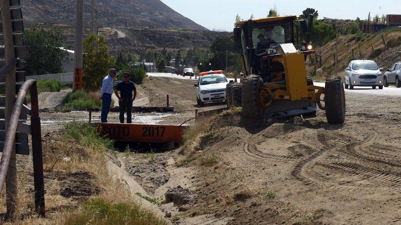 La limpieza de los canales evacuadores comenzó y ya se realizaron tareas en la zona del camino Roque González.